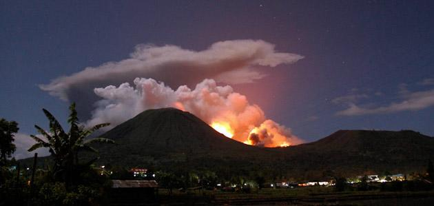 Mount Lokon spews hot lava and volcanic ash during an eruption in Tomohon in Indonesia's North Sulawesi province July 14, 2011. Indonesia's Mount Lokon erupted to spew hot lava and volcanic ash as high as 1,500 metres (5,000 feet) in the north of Sulawesi island, prompting panicked residents to flee the agricultural area, a government official said on Friday.   REUTERS/Stringer