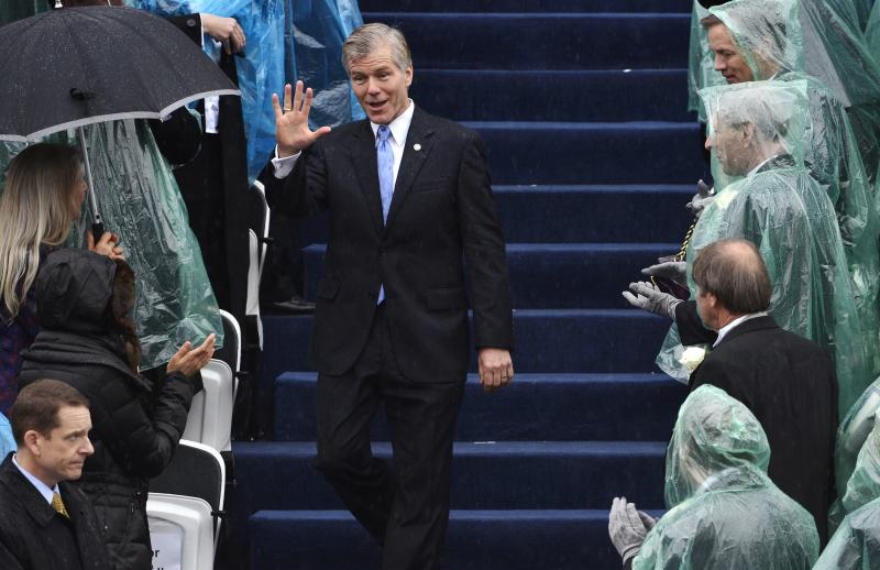 Outgoing Virginia Governor Bob McDonnell, who is currently under investigation for the acceptance of more than $160,000 in gifts and loans for himself and his family, waves to guests as he arrives for the swearing-in ceremony of incoming governor Terry McAuliffe in Richmond, Virginia, January 11, 2014. REUTERS/Mike Theiler (UNITED STATES - Tags: POLITICS)