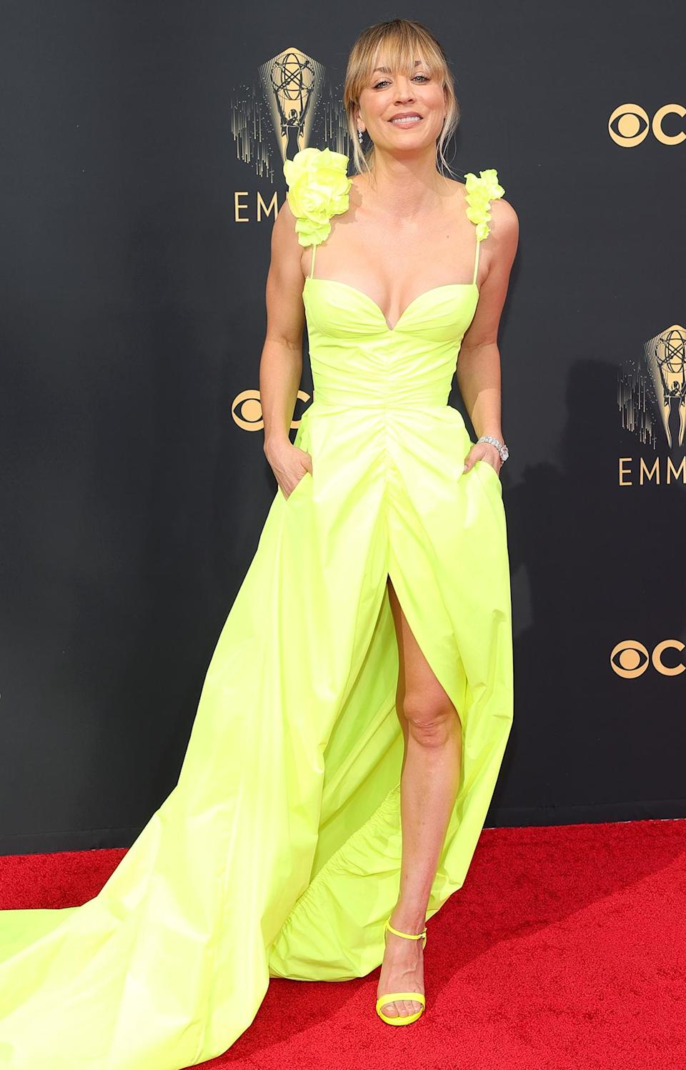 <p>pops on the carpet in her highlighter yellow Vera Wang gown featuring a center split, ruched bodice and floral appliqués at the sleeves, paired with matching sandals and De Beers jewels.</p>