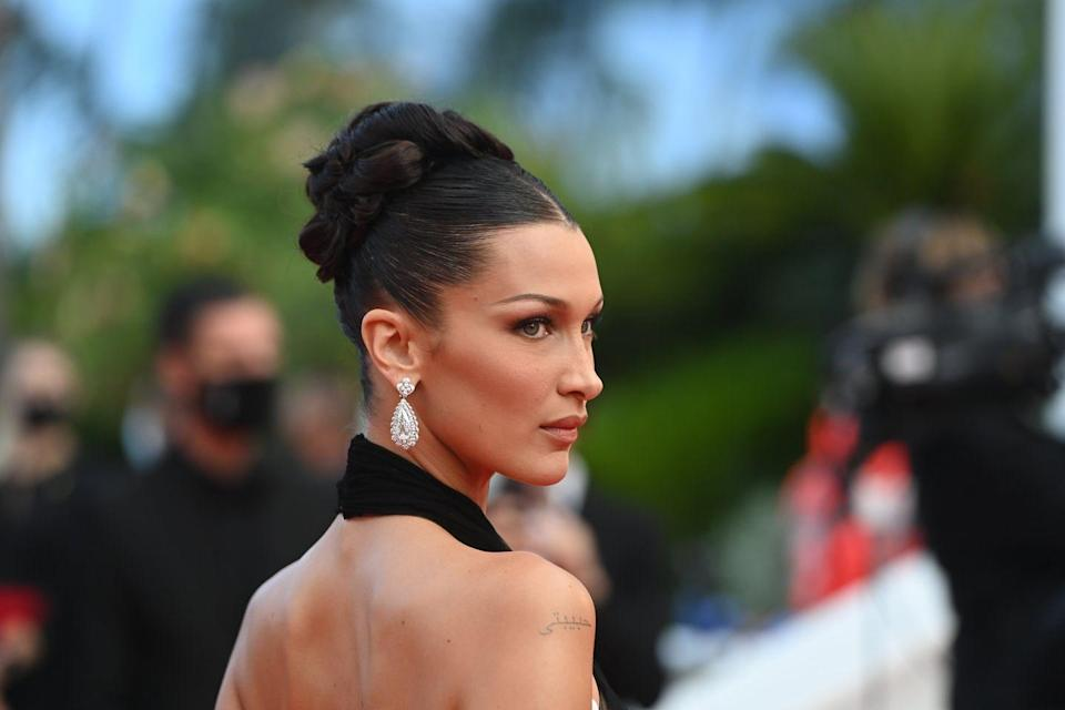 <p>A sparkling pair of diamond earrings by Chopard - featuring two pear-cut drops weighing over 18 carats set in 18k white gold - made a head-turning accompaniment to Hadid's monochromatic outfit. </p>