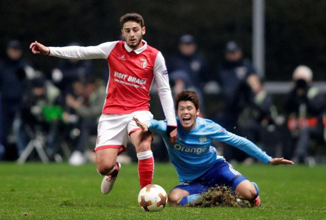 Soccer Football - Europa League Round of 32 Second Leg - S.C. Braga vs Olympique de Marseille - Estadio Municipal de Braga, Braga, Portugal - February 22, 2018 Sporting Braga's Bruno Xadas in action with Marseille's Hiroki Sakai REUTERS/Miguel Vidal
