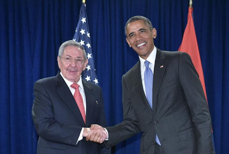 US President Barack Obama shakes hands with Cuba's President Raul Castro during a bilateral meeting at UN headquarters in New York on September 29, 2015 (AFP Photo/Mandel Ngan)