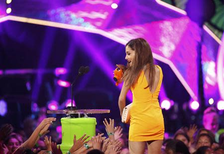 Actress Ariana Grande accepts the award for favorite TV actress on stage at the 27th Annual Kids' Choice Awards in Los Angeles, California March 29, 2014. REUTERS/Mario Anzuoni