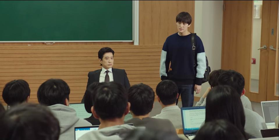 Kim Myung Min (left) is Yang Jong Hoon, a brilliant and ruthless Law school professor who is accused of murder in Law School.