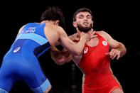 <p>Gadzhimurad Rashidov of Team ROC competes against Takuto Otoguro of Team Japan during the Men's Freestyle 65kg Semi Finalon day fourteen of the Tokyo 2020 Olympic Games at Makuhari Messe Hall on August 06, 2021 in Chiba, Japan. (Photo by Ezra Shaw/Getty Images)</p>
