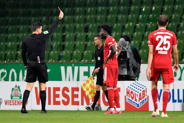 Rot für Alphonso Davies(Photo by Martin MEISSNER / POOL / AFP) / DFL REGULATIONS PROHIBIT ANY USE OF PHOTOGRAPHS AS IMAGE SEQUENCES AND/OR QUASI-VIDEO (Photo by MARTIN MEISSNER/POOL/AFP via Getty Images)