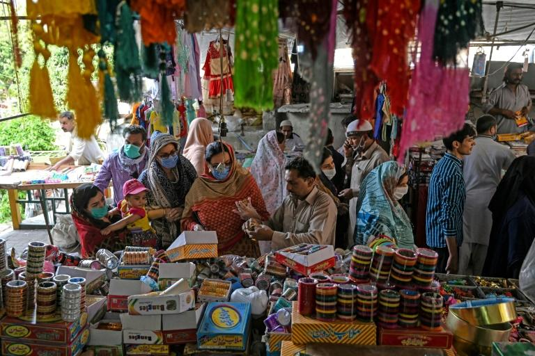 Customers shop for bangles at a market after Pakistan's government eased a nationwide lockdown imposed as a preventive measure against the COVID-19 coronavirus (AFP Photo/Aamir QURESHI)
