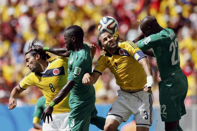 Colombia's Abel Aguilar (L) and Mario Yepes (2nd R) fight for the ball with Ivory Coast's Cheick Tiote (2nd L) and Souleyman Bamba during their 2014 World Cup Group C soccer match at the Brasilia national stadium in Brasilia June 19, 2014. REUTERS/Ueslei Marcelino (BRAZIL - Tags: SOCCER SPORT WORLD CUP TPX IMAGES OF THE DAY)