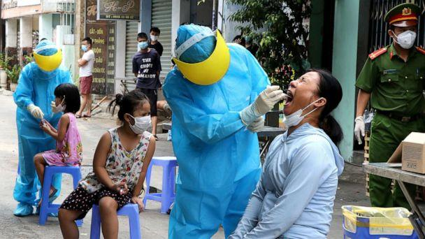 PHOTO: Medical specialists take testing samples from local residents in a residential area amid the spread of COVID-19 in Da Nang, Vietnam, Aug. 3, 2020. (Quoc Dung/VNA via Reuters)
