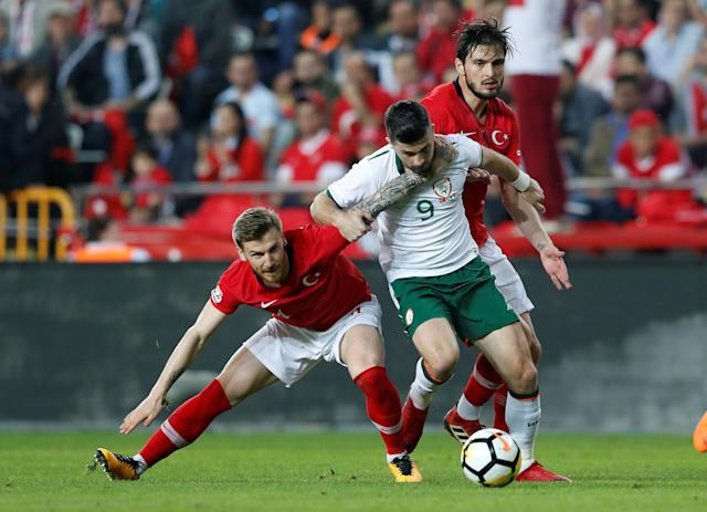 Soccer Football - International Friendly - Turkey vs Republic of Ireland - New Antalya Stadium, Antalya, Turkey - March 23, 2018 Republic of Ireland's Shane Long in action with Turkey's Serdar Aziz and Okay Yokuslu REUTERS/Murad Sezer TPX IMAGES OF THE DAY