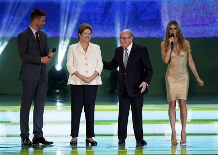 Brazilian President Dilma Rousseff (2nd L), FIFA President Sepp Blatter (2nd R), actor Rodrigo Hilbert and model Fernanda Lima stand on stage during the draw for the 2014 World Cup at the Costa do Sauipe resort in Sao Joao da Mata, Bahia state, December 6, 2013. REUTERS/Sergio Moraes