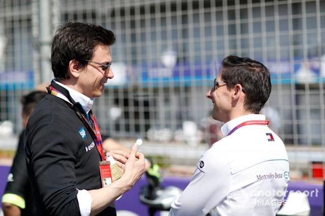 """Toto Wolff con Ian James, director del equipo, Mercedes-Benz EQ <span class=""""copyright"""">Alastair Staley / Motorsport Images</span>"""