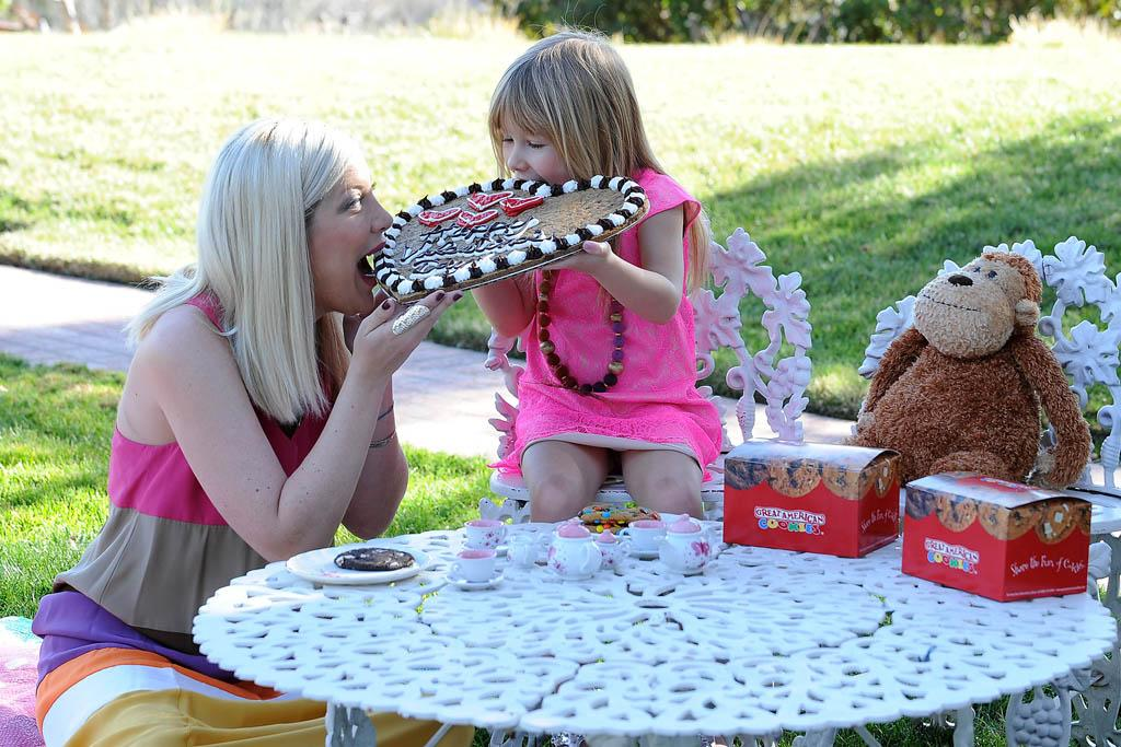 Exclusive-Los Angeles, CA - 02/04/2013 - Tori Spelling celebrates Valentine`s Day early in an extra sweet way with a Great American Cookies custom designed Cookie Cake from her daughter Stella.