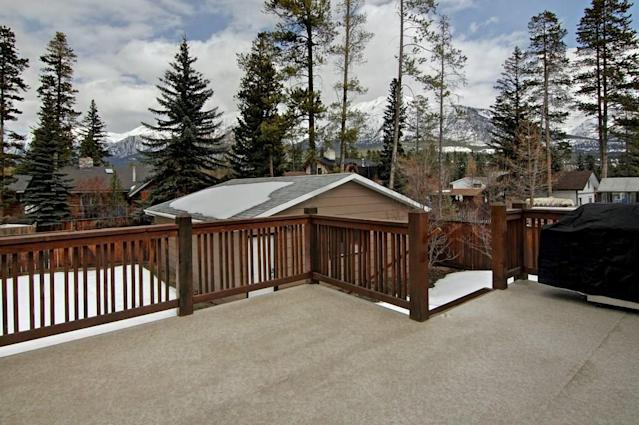 "<p><a href=""https://www.zoocasa.com/lions-park-canmore-ab-real-estate/5165583-1114-14-st-lions-park-canmore-ab-t1w1v7-c4173842"" rel=""nofollow noopener"" target=""_blank"" data-ylk=""slk:1114 14 Street, Canmore, Alta."" class=""link rapid-noclick-resp"">1114 14 Street, Canmore, Alta.</a><br> What really makes this home stand out is the view of the mountains from your own backyard.<br> (Photo: Zoocasa) </p>"