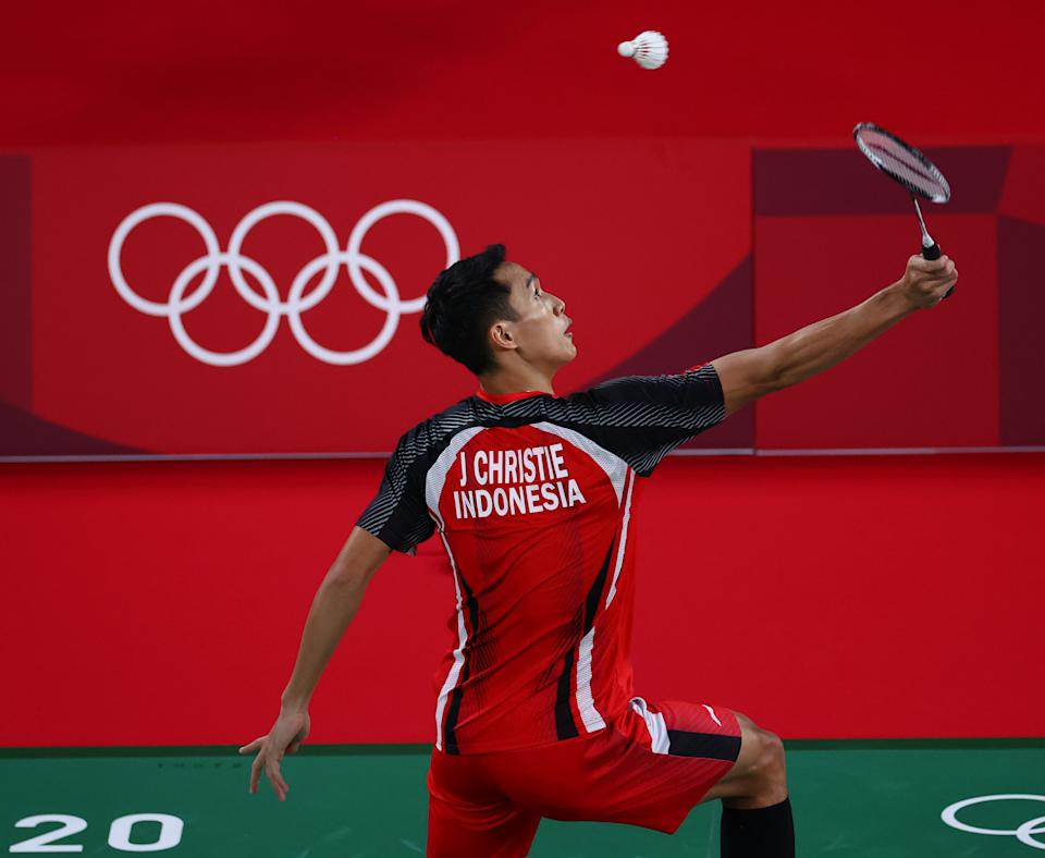 Tokyo 2020 Olympics - Badminton - Men's Singles - Group Stage - MFS - Musashino Forest Sport Plaza, Tokyo, Japan - July 24, 2021. Jonatan Christie of Indonesia in action during the match against Aram Mahmoud of the Refugee Olympic Team. REUTERS/Leonhard Foeger