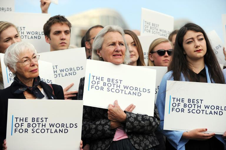 Pro-union supporters listen to leaders of the three Scottish parties backing Scotland's place in the UK, at a rally in Edinburgh on September 9, 2014