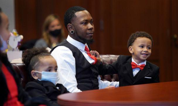 PHOTO: On Oct. 30, Robert Carter of Cincinnati, Ohio, adopted Marionna, 10, Robert, 9, Makayla, 8, Giovanni, 5 and Kiontae, 4. Carter,  a 29-year-old cosmetologist and wig shop owner, is the third oldest of nine children and was placed into foster care. (Mark Lyons)