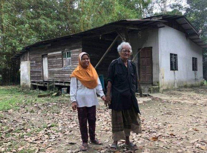 Fatimah and her husband have been walking 20km daily to find customers to keep themselves afloat. — Picture via Twitter/@vmrtzz_
