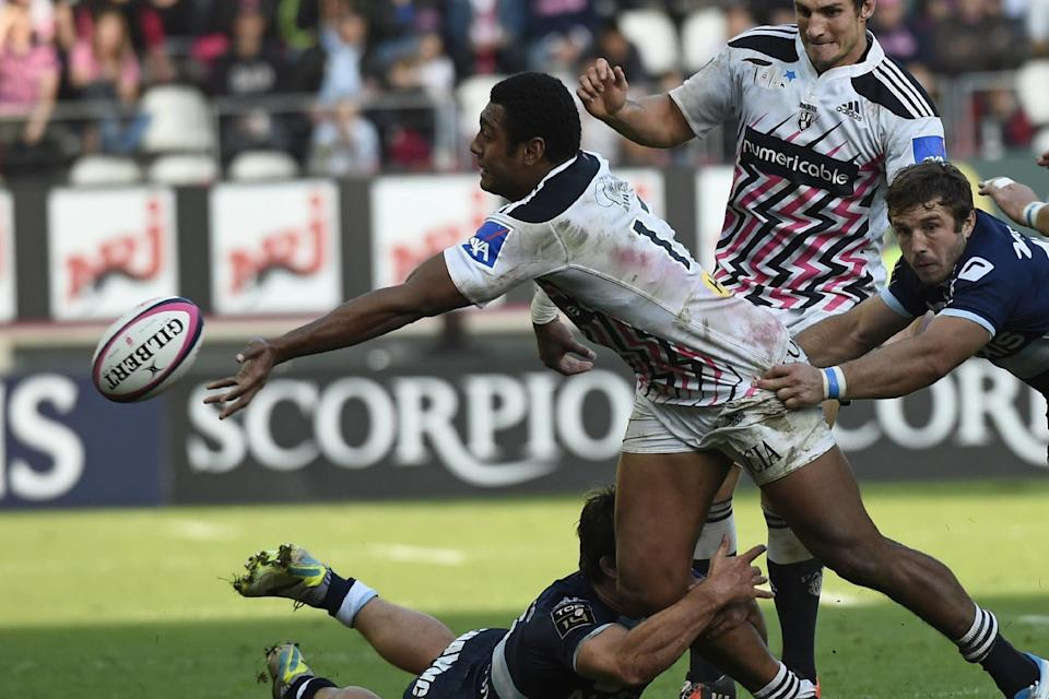 Racing-Metro's Henry Chavancy (L, bottom) fights for the ball with Stade Francais' Waisea Nayacalevu Vuidravuwalu (C) during their French Top 14 rugby union match, at the Jean Bouin stadium in Paris, on October 11, 2014 (AFP Photo/Lionel Bonaventure)