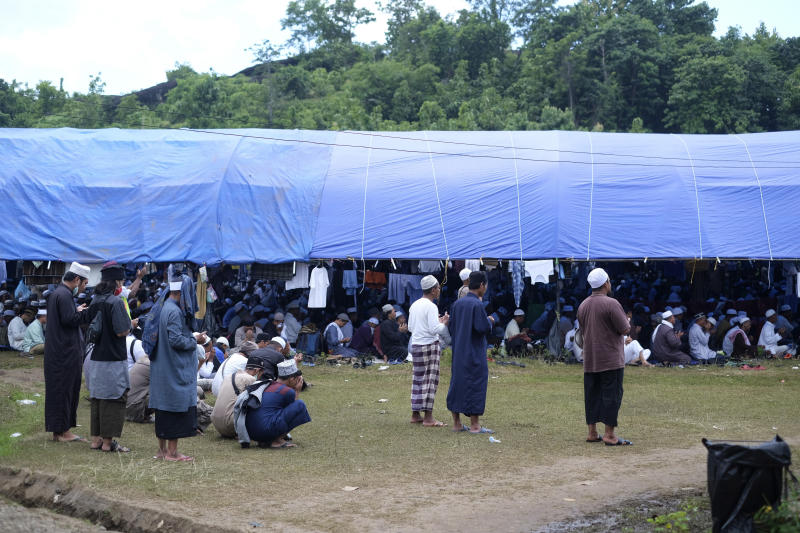 Pilgrims pray on a field where a mass congregation is supposed to be held in Gowa, South Sulawesi, Indonesia, on 19 March, 2020. (PHOTO: AP)