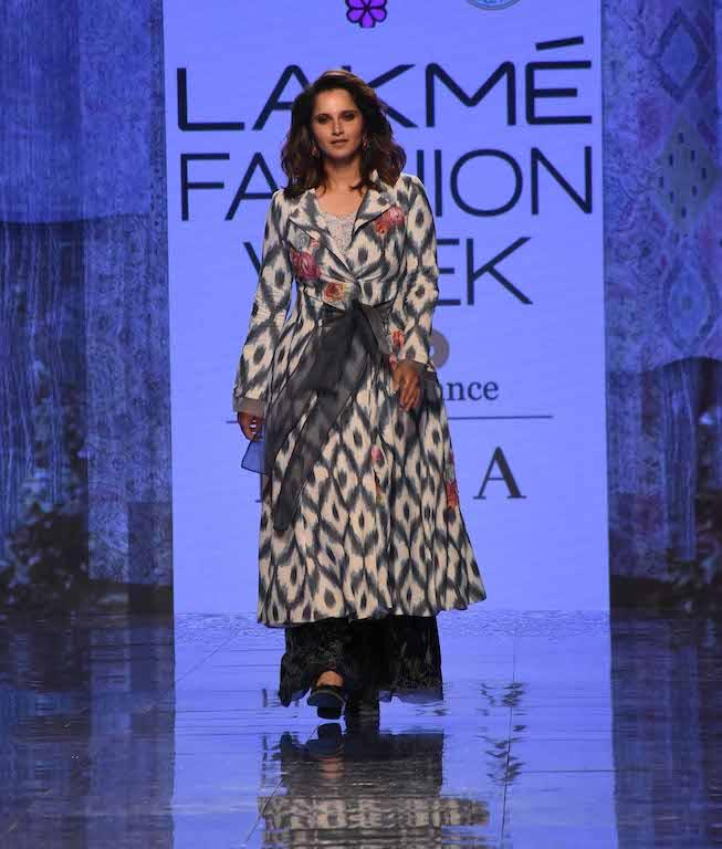 Sania wore a long kurta jacket that was grey and white-hued. It was a patterned outfit that was peppered with rose accents.