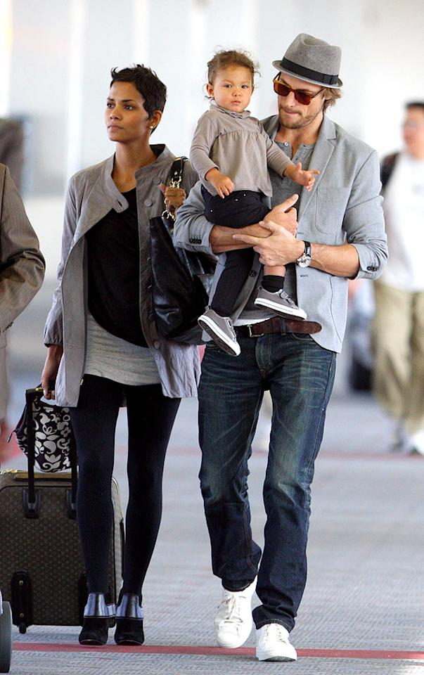 "Halle Berry, main squeeze Gabriel Aubry, and their baby girl, Nahla, make their way through LAX. <a href=""http://www.splashnewsonline.com/"" target=""new"">Splash News</a> - November 5, 2009"