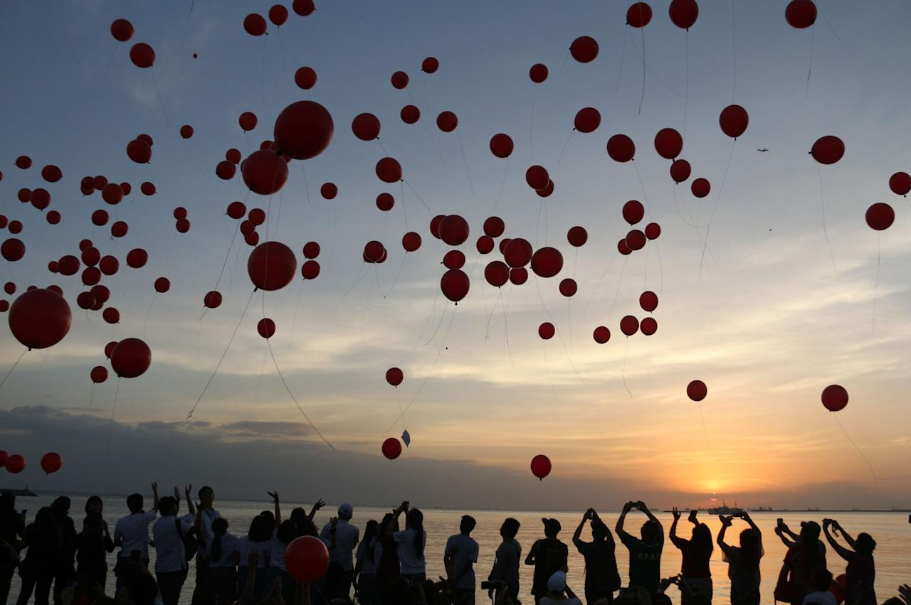 <p>1,000 red balloons are released at Manila Bay Walk during the sun set on Valentine's Day. (Rex) </p>