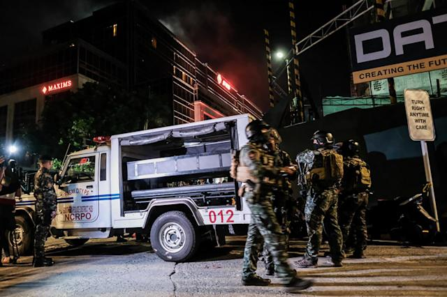 <p>Filipino soldiers take their position outside Resorts World Manila after gunshots and explosions were heard in Pasay City on June 2, 2017 in Manila, Philippines. (Photo: Basilio H. Sepe/Getty Images) </p>
