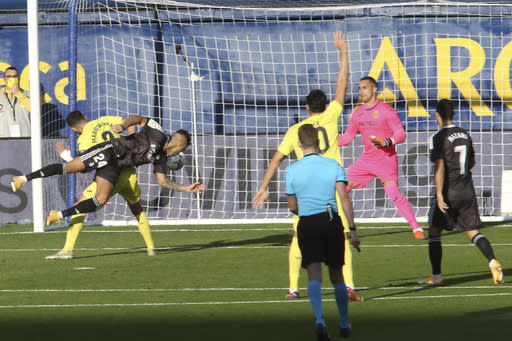 Real Madrid's Mariano Diaz, left, scores the opening goal during the Spanish La Liga soccer match between Villarreal and Real Madrid in Ceramica stadium in Villarreal, Spain, Saturday Nov. 21, 2020. (AP Photo/Alberto Saiz)