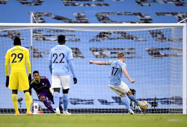 Kevin De Bruyne slots home the penalty