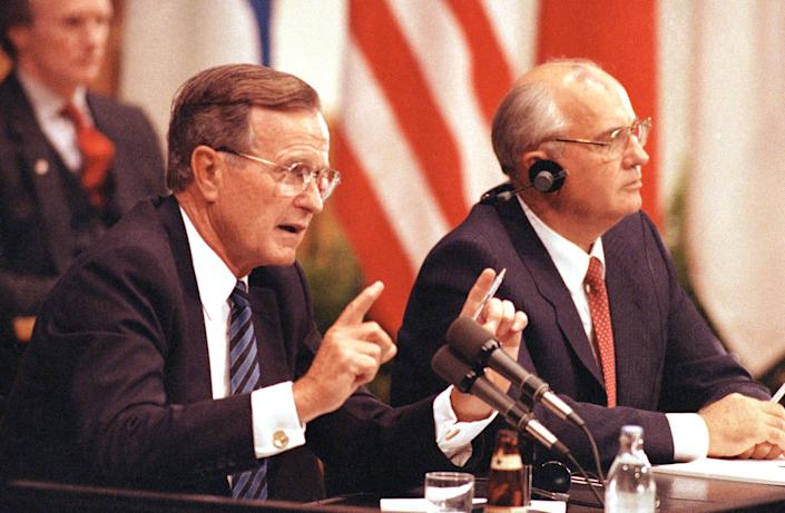 <p>President George Bush and Soviet President Mikhail Gorbachev hold a joint news conference, Sept. 10, 1990, in Helsinki, Finland, after their summit talks. (Photo: Liu Heung Shin/AP) </p>