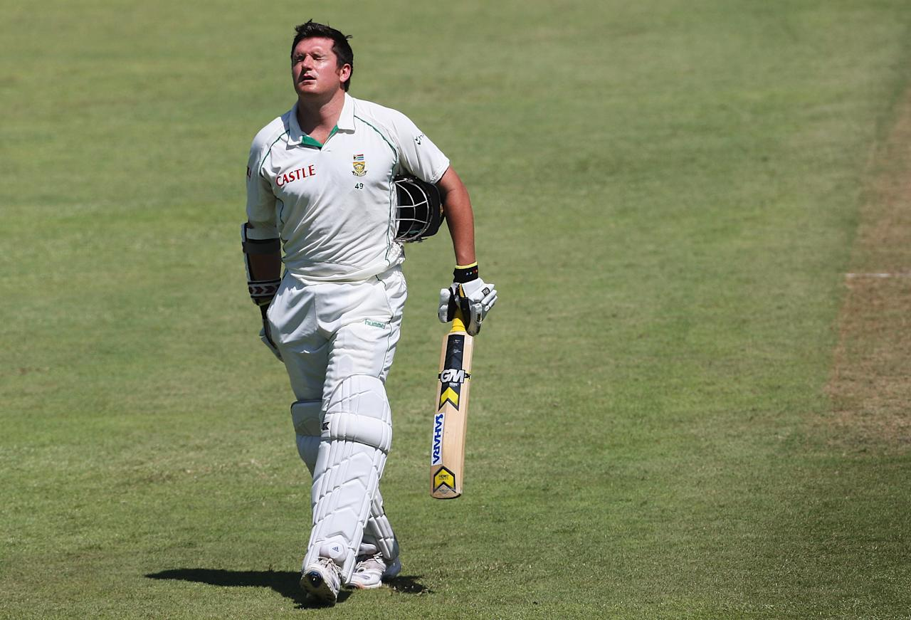 DURBAN, SOUTH AFRICA - MARCH 07:  Graeme Smith of South Africa leaves the field retiring hurt after being struck by a delivery from Mitch Johnson of Australia during day two of the Second Test between South Africa and Australia played at Kingsmead on March 7, 2009 in Durban, South Africa.  (Photo by Hamish Blair/Getty Images)