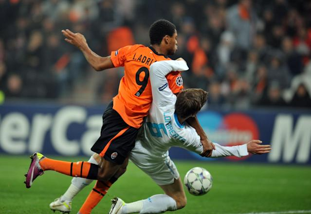 Luiz Adriano ( L) of FC Shakhtar fights for a ball with Nicolas Lombaerts ( R ) of FC Zenit St Petersburg during UEFA Champions League, Group G football match in Donetsk on October 19, 2011. The match ended 2:2. AFP PHOTO/ SERGEI SUPINSKY (Photo credit should read SERGEI SUPINSKY/AFP/Getty Images)
