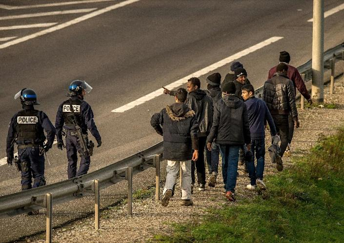 French police forces attempt to disperse migrants and refugees on December 17, 2015 near the Eurotunnel in Calais (AFP Photo/Philippe Huguen)
