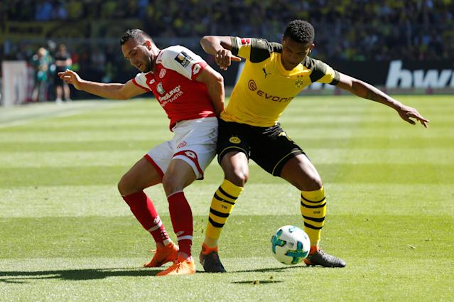 Soccer Football - Bundesliga - Borussia Dortmund vs 1.FSV Mainz 05 - Signal Iduna Park, Dortmund, Germany - May 5, 2018 Borussia Dortmund's Manuel Akanji in action with Mainz's Levin Oztunali REUTERS/Leon Kuegeler DFL RULES TO LIMIT THE ONLINE USAGE DURING MATCH TIME TO 15 PICTURES PER GAME. IMAGE SEQUENCES TO SIMULATE VIDEO IS NOT ALLOWED AT ANY TIME. FOR FURTHER QUERIES PLEASE CONTACT DFL DIRECTLY AT + 49 69 650050