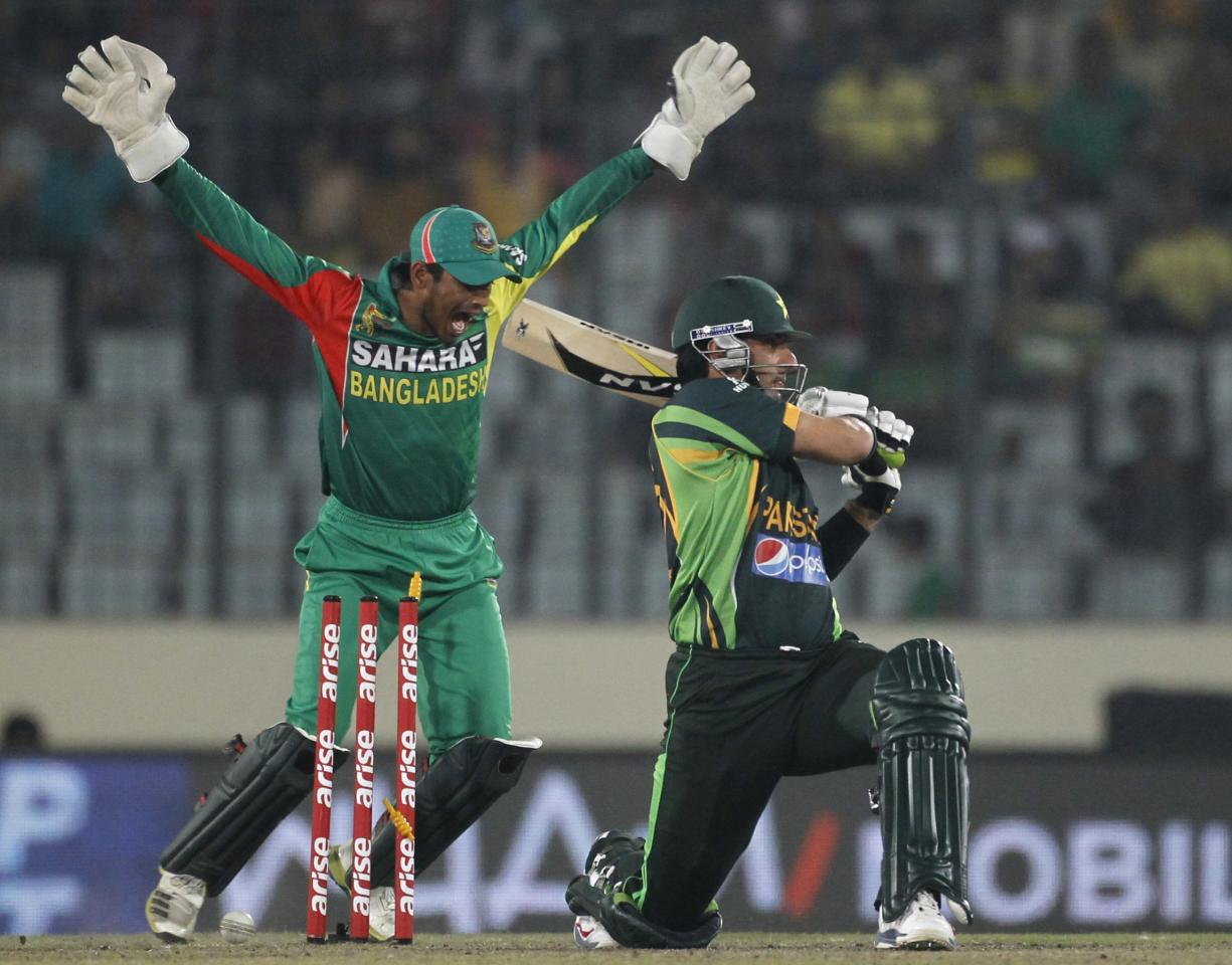 Pakistan's captain Misbah-ul-Haq is bowled out as Bangladesh's wicketkeeper Anamul Haque (L) celebrates his dismissal during their one-day international (ODI) cricket match in Asia Cup 2014 in Dhaka March 4, 2014. REUTERS/Andrew Biraj (BANGLADESH - Tags: SPORT CRICKET)