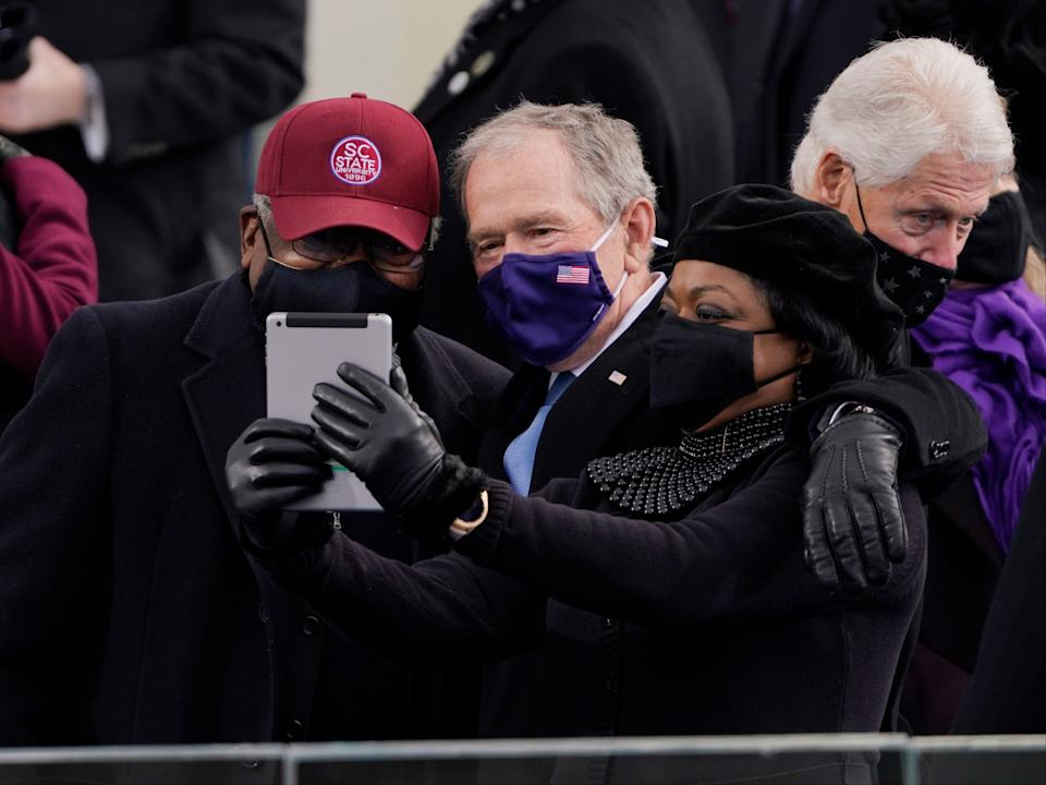 Bill Clinton photobombs George Bush (EPA)