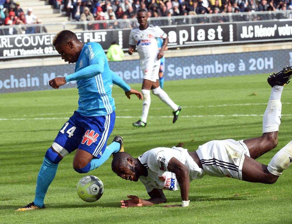 Amiens' Prince Gouano (R) clashes with Olympique de Marseille's forward Clinton Njie during their French L1 match on September 17, 2017 at the Licorne stadium in Amiens (AFP Photo/FRANCOIS LO PRESTI)