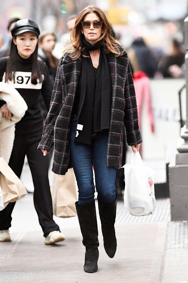 Cindy Crawford grabs lunch on Friday at a local deli in N.Y.C.'s SoHo neighborhood.