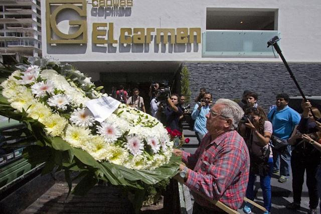"""A man delivers a wreath during the funeral of professional wrestler Pedro Aguayo Ramirez aka """"Perro Aguayo Jr"""" in Guadalajara on March 22, 2015 (AFP Photo/Hector Guerrero)"""