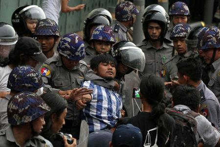 Myanmar police officers detain a student who takes part in a rally demanding peace at the war-torn Kachin State, in Yangon, Myanmar May 12, 2018. REUTERS/Stringer   \