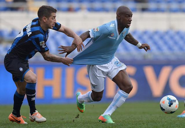 Atalanta's Carlos Carmona tries to hold back Lazio's Gael Kakuta during an Italian Serie A match on March 9, 2014 at the Olympic stadium in Rome (AFP Photo/Gabriel Bouys)
