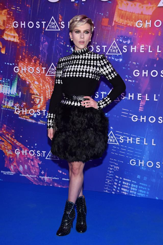 <p>Scarlett's monochrome Alaia look was the right level of fun with a harlequin-print top and feathery skirt.<br /><i>[Photo: Getty]</i> </p>