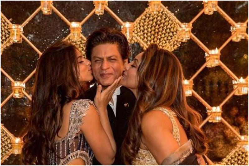 This Picture of Suhana Khan and Gauri Kissing Shah Rukh is Taking Over the Internet