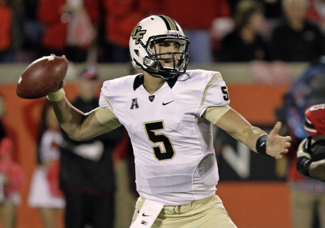 Central Florida quarterback Blake Bortles passes against Louisville in the second half of an NCAA college football game in Louisville, Ky., Friday, Oct. 18, 2013. Bortles completed 21 of 32 passes for 250 yards and two touchdowns, as Central Florida won 38-35. (AP Photo/Garry Jones)