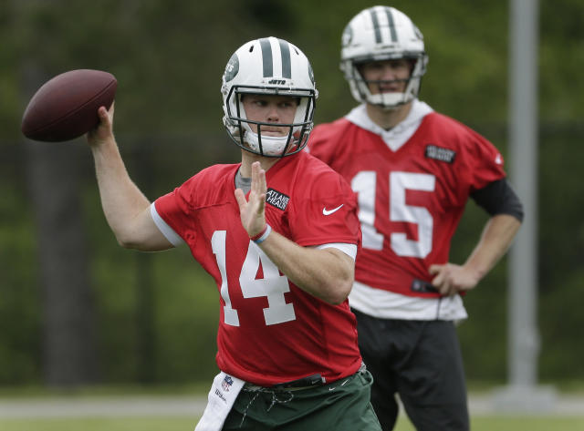 Jets quarterback Josh McCown (15) watches as rookie Sam Darnold throws during practice. (AP)