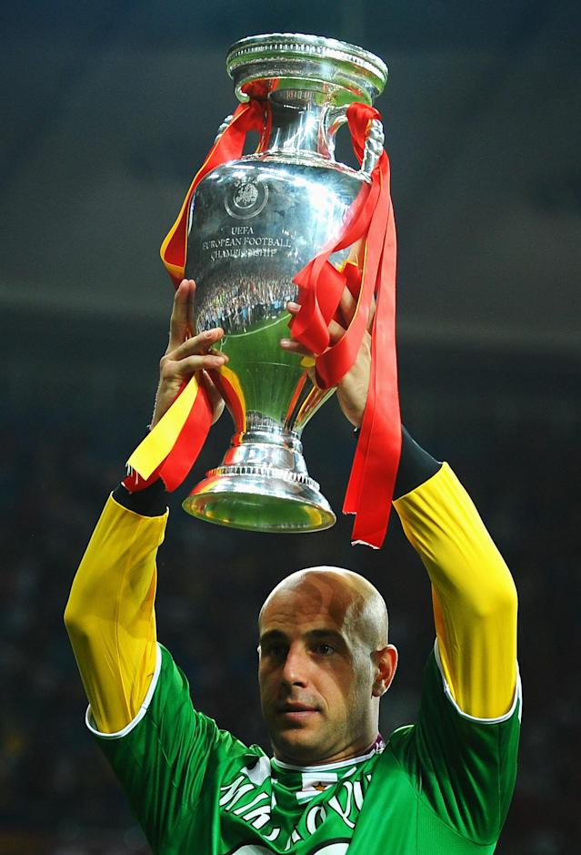 KIEV, UKRAINE - JULY 01: Pepe Reina of Spain walks holds the trophy aloft as he celebrates victory in the UEFA EURO 2012 final match between Spain and Italy at the Olympic Stadium on July 1, 2012 in Kiev, Ukraine. (Photo by Laurence Griffiths/Getty Images)