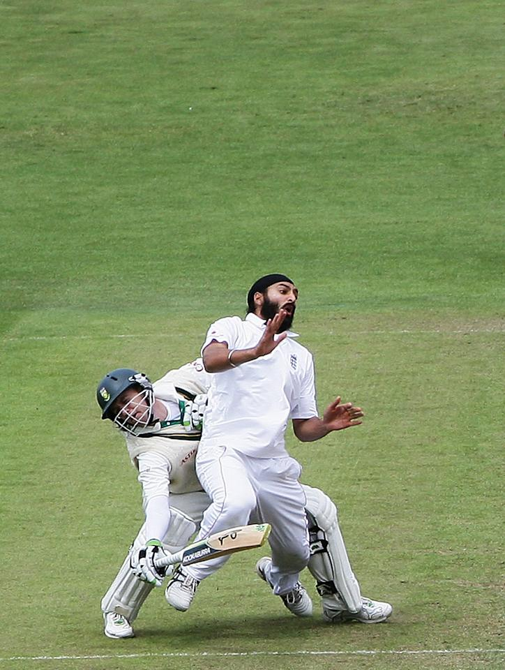 LEEDS, UNITED KINGDOM - JULY 20: Monty Panesar of England collides with AB de Villiers of South Africa during day three of the Second Test match between England and South Africa at Headingley Carnegie Stadium on July 20, 2008 in Leeds, England.  (Photo by Laurence Griffiths/Getty Images)
