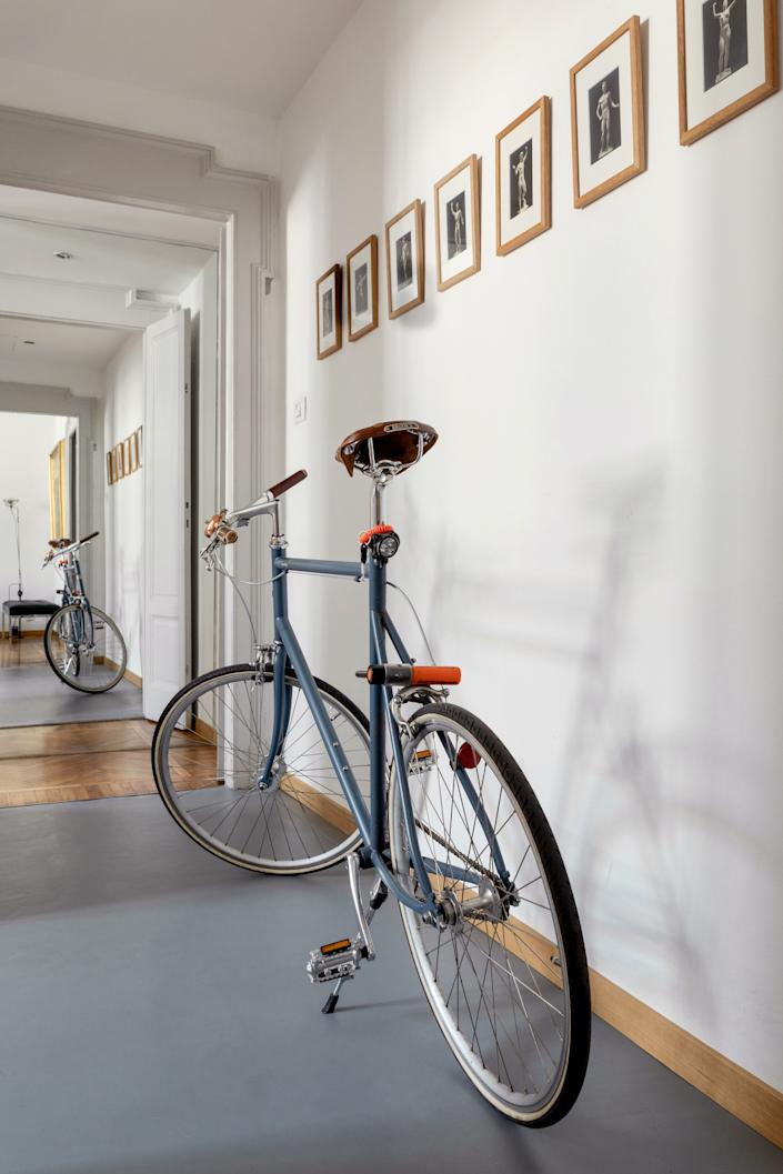 """<div class=""""caption""""> Alex's preferred mode of transportation around Milan is his <a href=""""https://tokyobike.us/"""" rel=""""nofollow noopener"""" target=""""_blank"""" data-ylk=""""slk:Tokyo Bike"""" class=""""link rapid-noclick-resp"""">Tokyo Bike</a>. A series of 1935 gelatin silver prints by Arno Breker line the entryway to the apartment. </div>"""