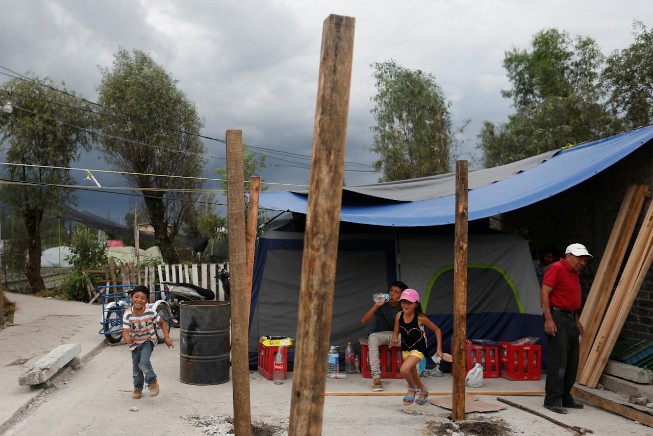 A family sleeping in tents, begins constructing an improvised wooden house after their house was destroyed by the earthquake in Xochimilco, on the outskirts of Mexico City, Mexico September 25, 2017. REUTERS/Carlos Jasso
